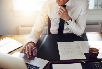 empresário em mesa de escritório