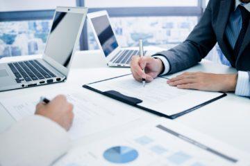 empresários em mesa de escritório